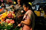 couplebuyingflowers958